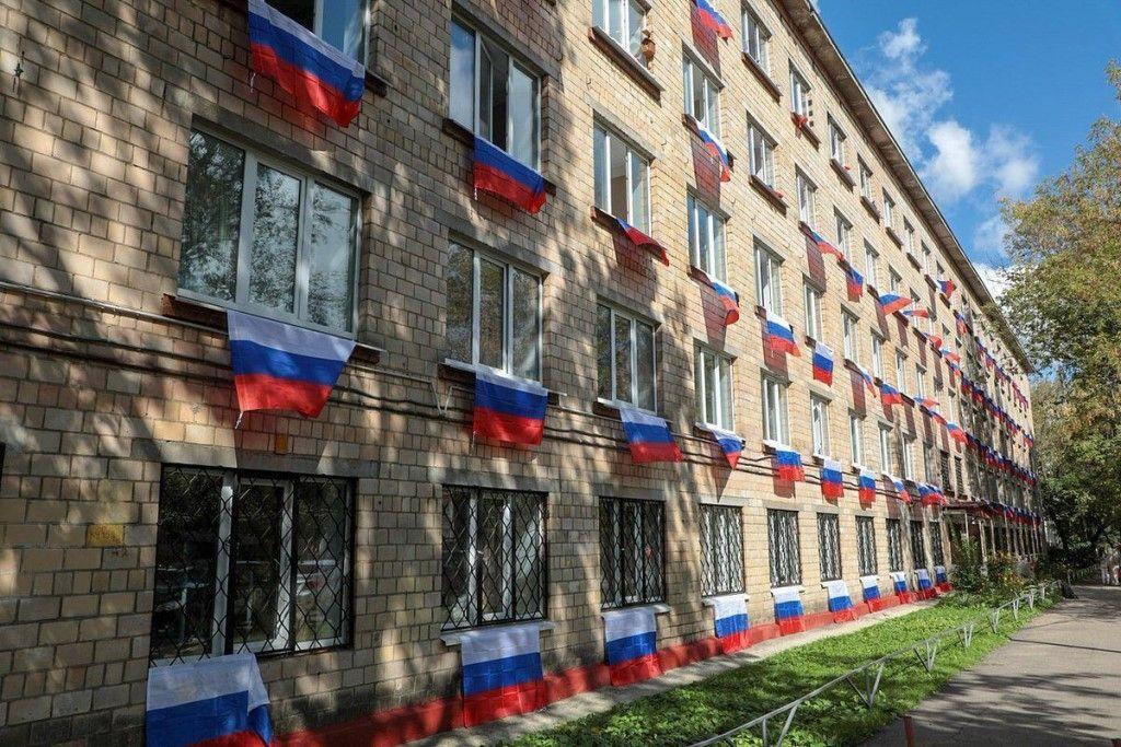 Окупанти розвісили прапори у Донецьку