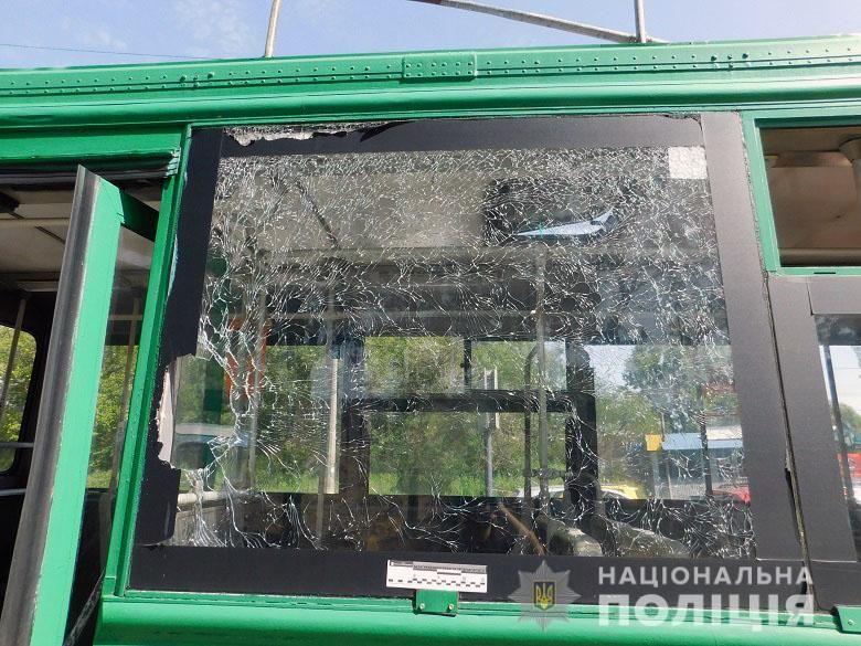 В Киеве мужчина бросил камень в окно троллейбуса и разбил голову пассажирке