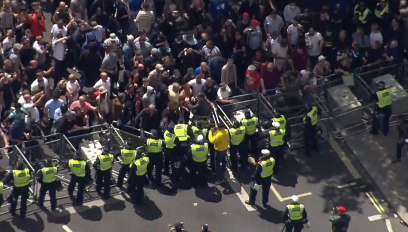 В Лондоне праворадикальные группы вмешались в мирный антирасистский протест: видео - Новости мира - 24 Канал