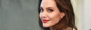 В черном сарафане и маске за 100 долларов: Анджелина Джоли на шопинге в Лос-Анджелесе – фото