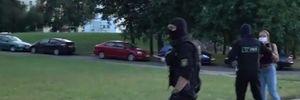 В Минске силовики повалили на землю подростка: в их руках граната – видео