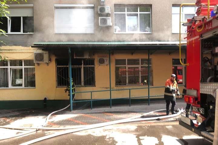 В районной больнице на Закарпатье вспыхнул пожар: спасатели эвакуировали 200 человек