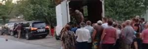 У Херсоні політики задобрювали громадян безкоштовними кавунами: відео