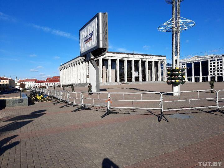 Збоку від Палацу Республіки огородили парковку червоною стрічкою
