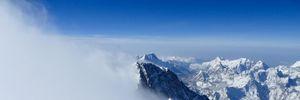 На висоті 8 440 метрів: у снігу на Евересті знайшли мікропластик – деталі