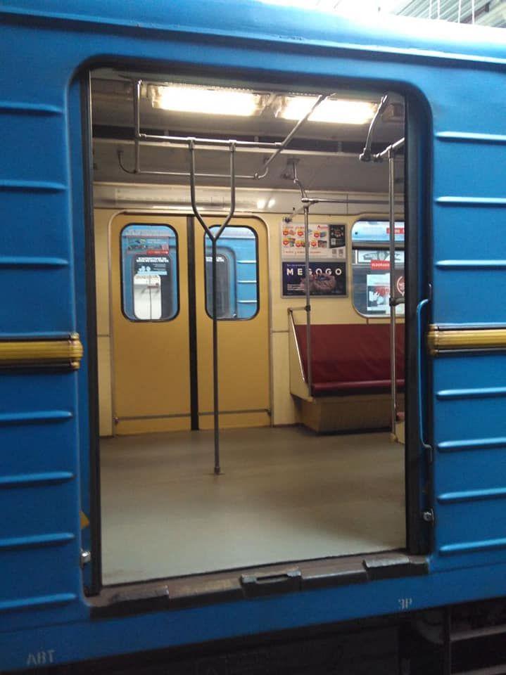 Вертикальні поручні у київському метро