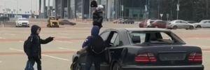 У Харкові маленькі розбишаки потрощили колодою Mercedes – відео