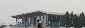 В Харькове маленькие озорники разбили бревном Mercedes – видео