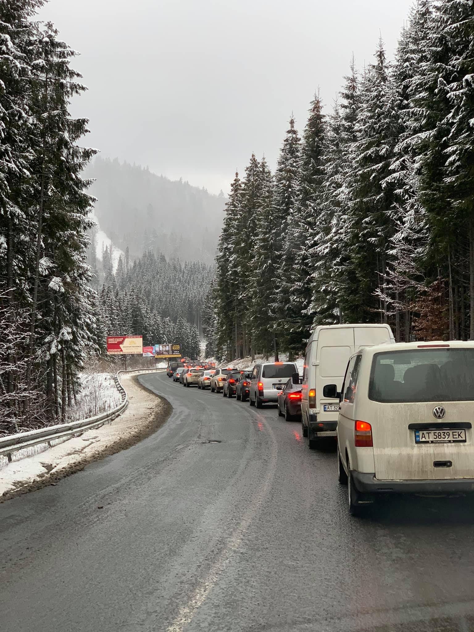 Кілька десятків машин по дорозі до Карпат