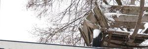 Хуліганська традиція: на Рівненщині юнаки на Щедрий вечір закинули фіру на дах зупинки – відео