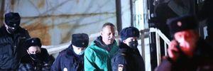 Навального вивезли з поліцейського відділку в СІЗО: відео