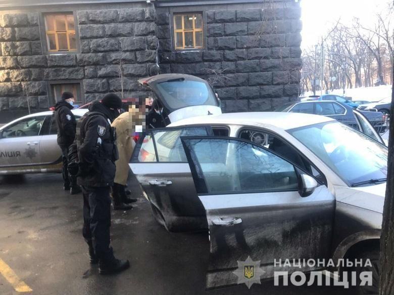 Правоохоронці оглянули авто чоловіка