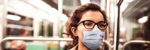 Навіть у масках: у Франції лікарі закликали не розмовляти у громадському транспорті
