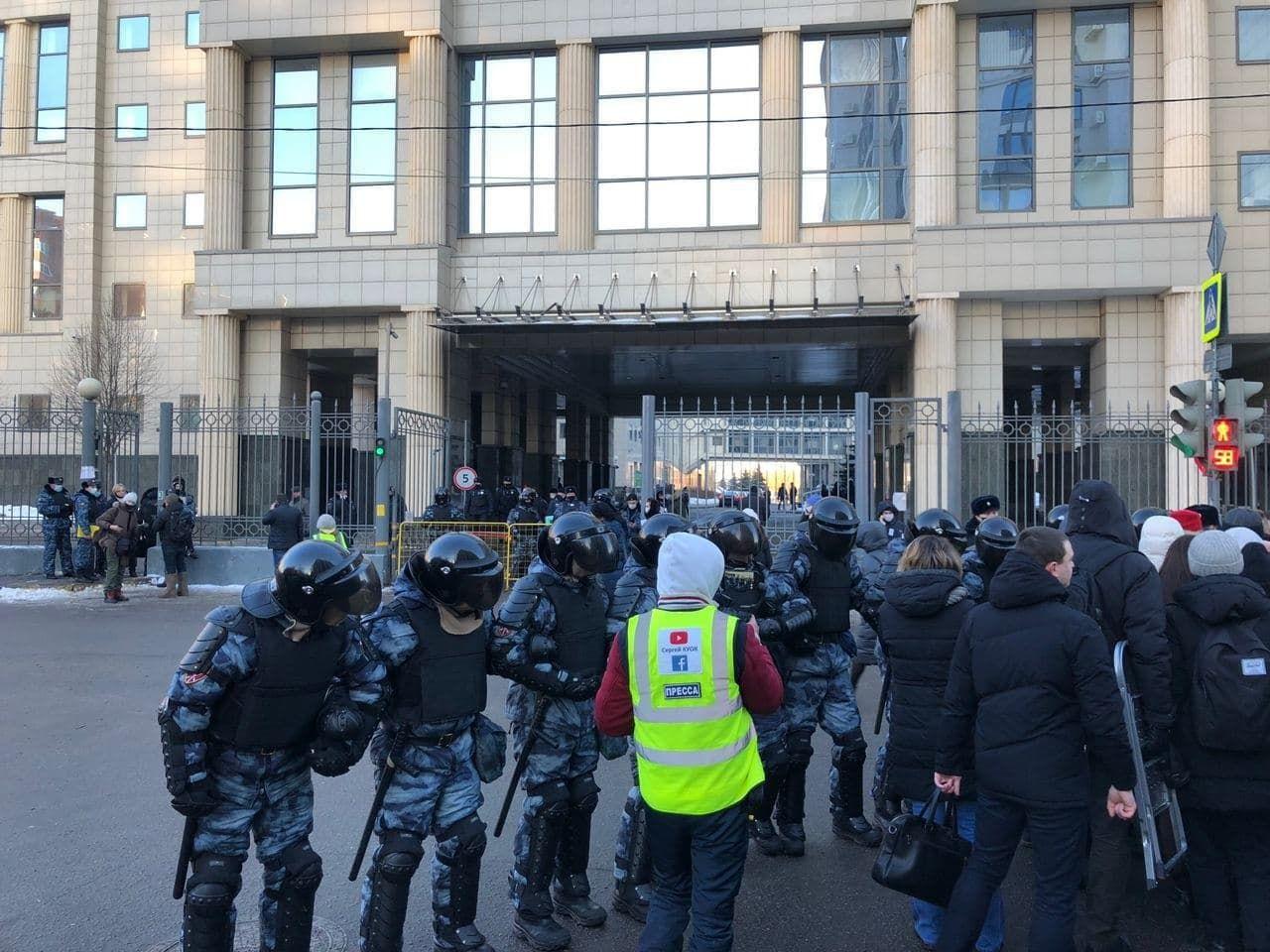 Силовики оточили будівлю суду