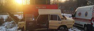 В Виннице поезд протаранил автомобиль с водителем: фото