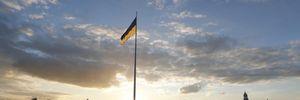 Найбільший прапор України приспустили в Києві