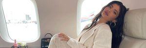 Кайли Дженнер похвасталась глубоким декольте в вязаном топе: пикантное фото