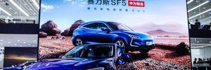 В фирменных магазинах Huawei стартуют продажи нового электромобиля Seres SF5