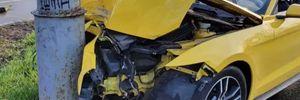 Ледве не влетів у зупинку: у Києві водій розбив прокатний Ford Mustang
