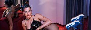 Дерзкая Дуа Липа выпятила грудь в лакированном корсете: сексуальное фото
