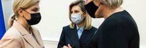 Олена Зеленська показала стриманий образ у смугастому костюмі