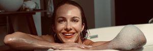 Жена Остапчука похвасталась соблазнительным телом в трендовом купальнике