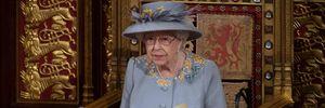 Елизавета II совершила публичный выход в сиреневом пальто с вышитыми цветами и без маски