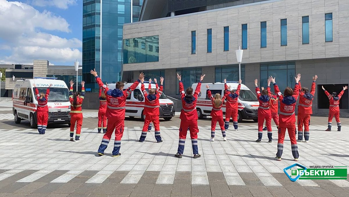 Медики скорой танцуют в центре Харькова: фото, видео