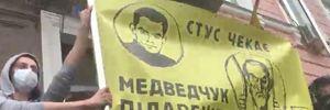 Медведчука підарешт: біля суду сталася сутичка через плакат