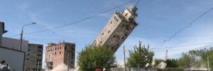 Завалився в лічені секунди: у Харкові підірвали історичний елеватор – ефектне відео