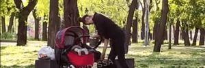 Выглядела неадекватной: в Одессе прохожих шокировало поведение женщины с младенцем – видео