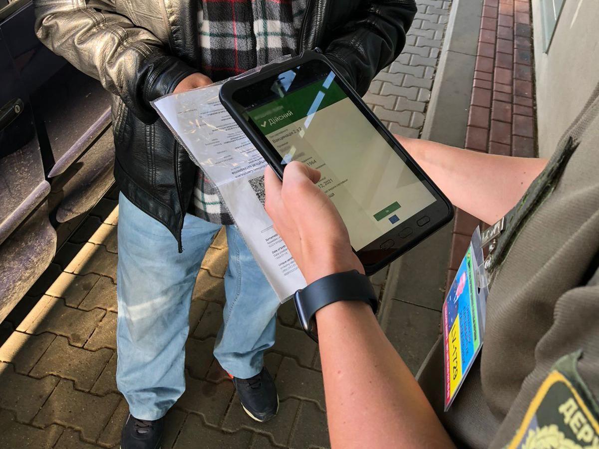 Українські прикордонники перевірфють COVID-сертифікати