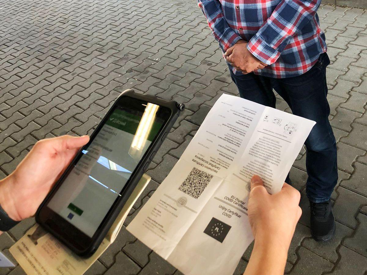 Перевірка здійснюється за допомогою спеціальних пристроїв