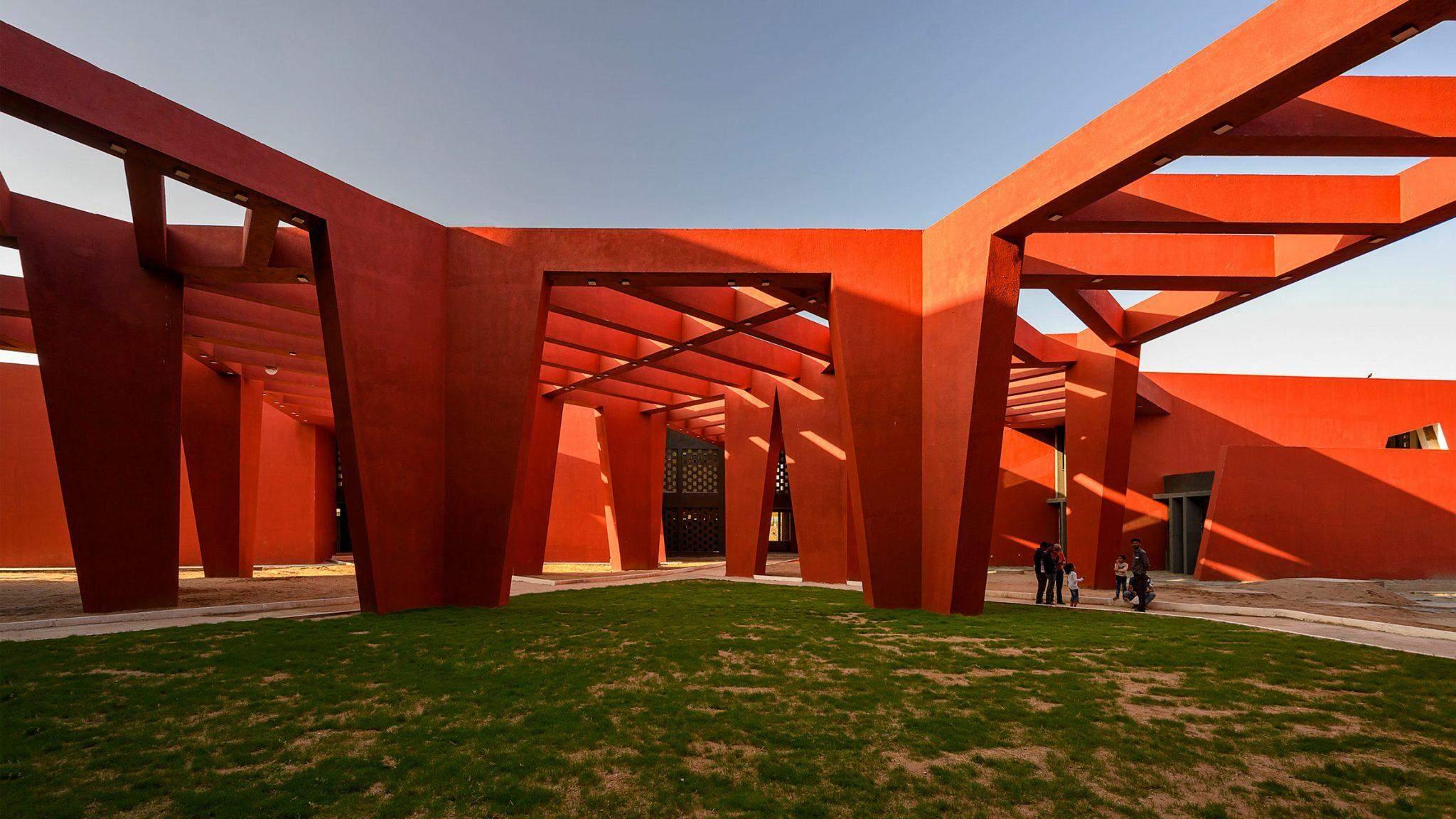 Стіни побудовані під певним кутом аби відхиляти сонячні промені / Фото Dezeen