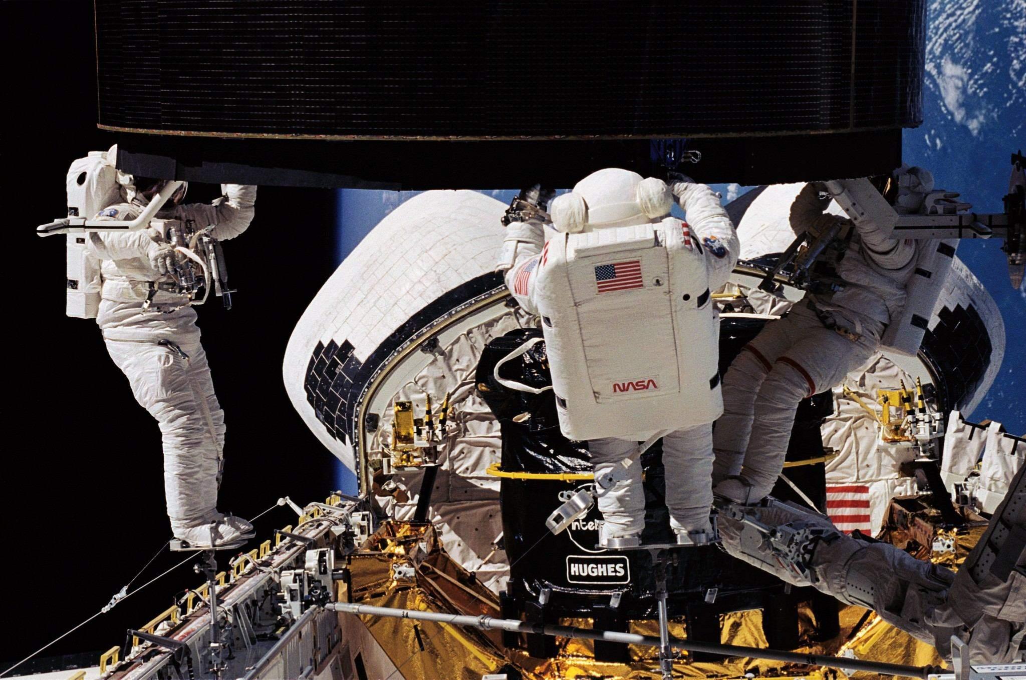 Астронавти тримають Intelsat 603