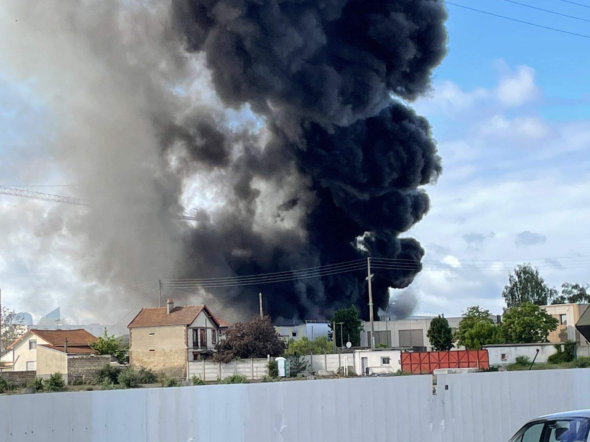 Пожежа на хімзаводі біля Парижу