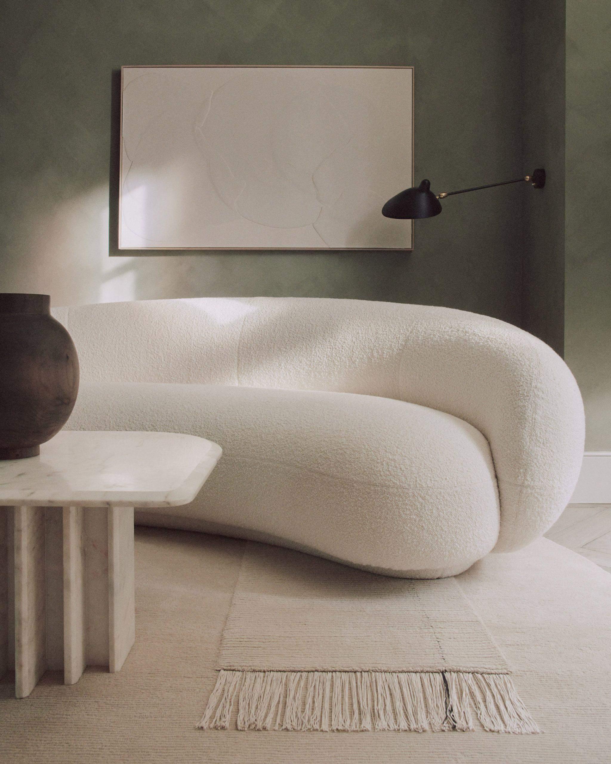 Диван незвичної форми у вітальні доповнює інтер'єр