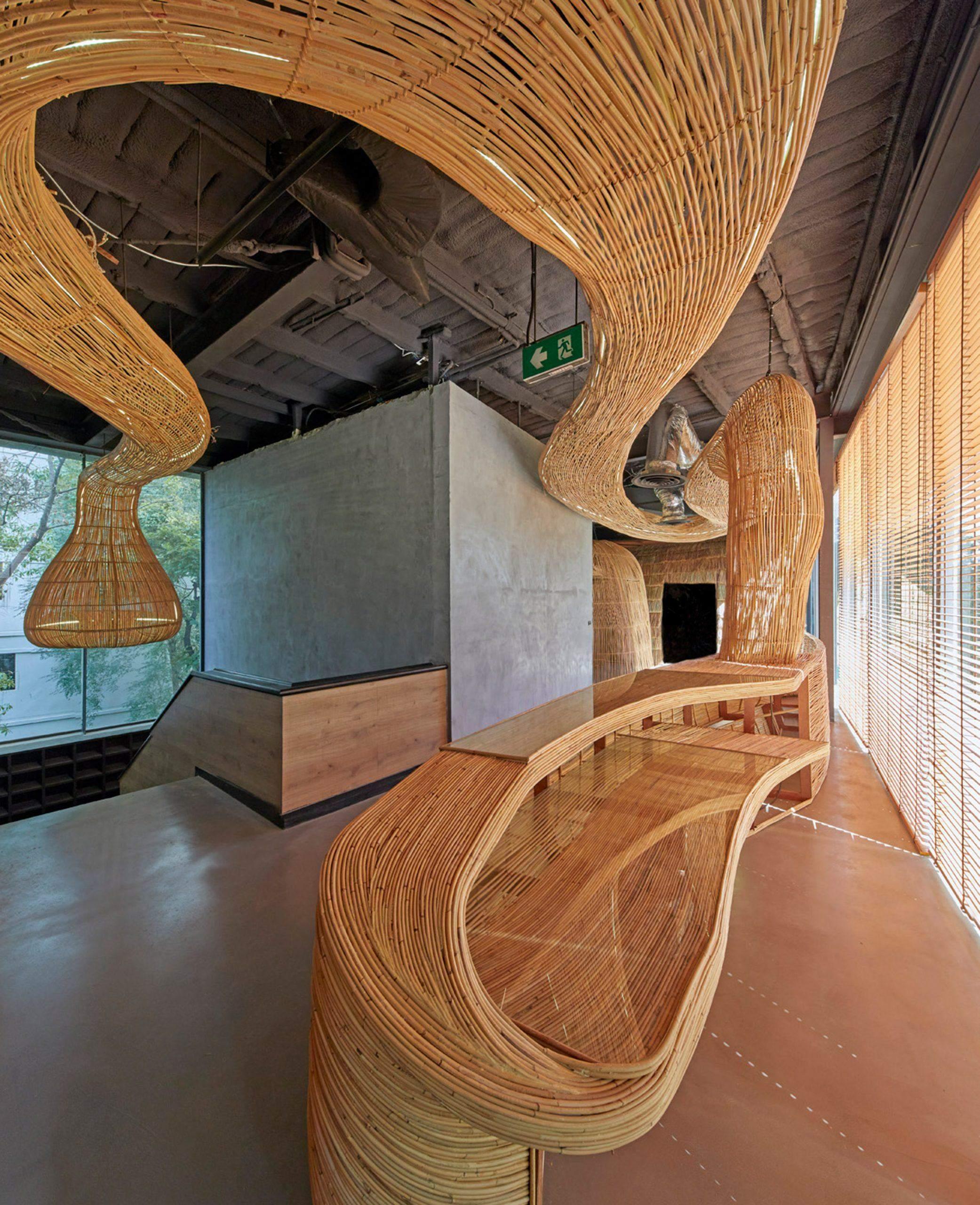 Из природных материалов создали также мебель в зоне ожидания