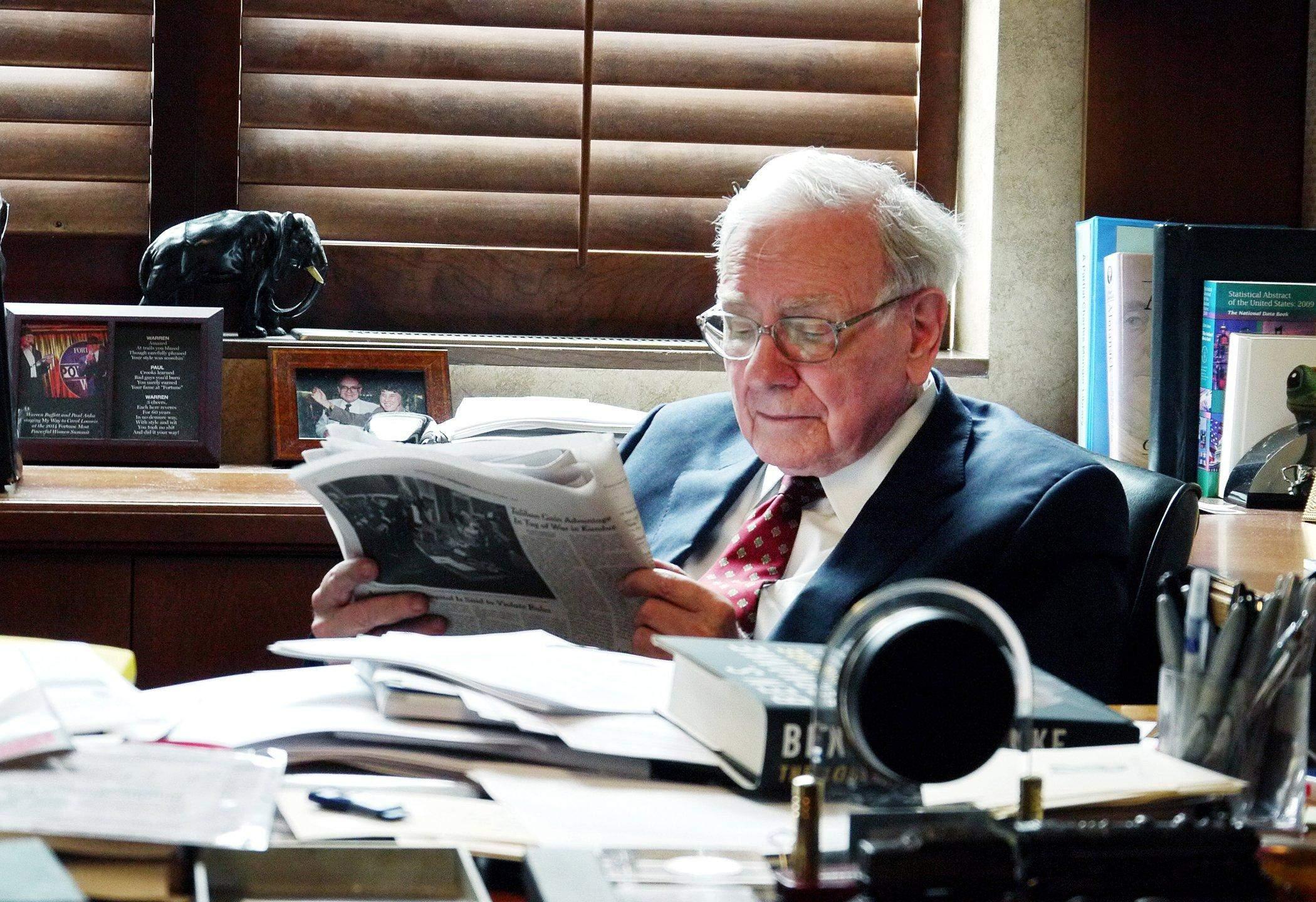 Уоррен Баффет у своєму офісі