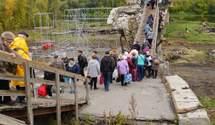 У Станиці Луганській активно відновлюють зруйнований міст: фото та відео