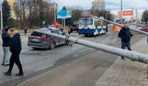 У Львові бетонний стовп впав на автомобіль екстренера Ломаченка і Усика – відео