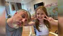 Делает маникюр и готовит завтраки: трогательная история отца, который сам воспитывает дочь
