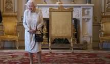 Тайна королевской сумочки: зачем королева Елизавета II носит сумку дома