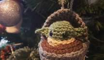 Бейби Йода и коронавирус: 25 креативных и смешных новогодних декораций – фото