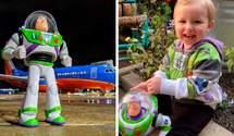 Авиакомпания вернула 2-летнему мальчику потерянную игрушку: история, что возвращает веру в добро