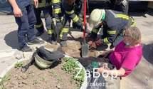 Йшла до лікарні і опинилася під землею: у Запоріжжі під жінкою провалився тротуар