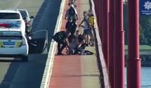 Вже стрибала з Центрального мосту: поліцейські Дніпра врятували жінку від смерті – відео