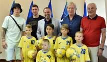 Зустріч з кумирами – маленькі футболісти, які виконували гімн, отримали нагороду: миле відео