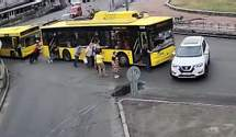 Эпическое ДТП в Киеве: пассажиры толкали троллейбус и он врезался в Nissan – видео