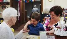 Дружба поколений: мальчик помог отпраздновать 100-летний юбилей своей подруге